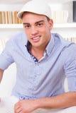 Hombre moderno de moda atractivo que lleva la sonrisa retra del casquillo Imagenes de archivo