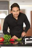 Hombre moderno joven hermoso que cocina receta sana Fotografía de archivo