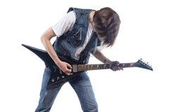 Hombre moreno que toca la guitarra eléctrica Imagen de archivo