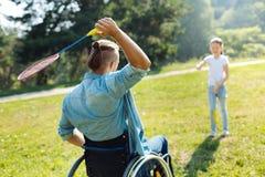 hombre Movilidad-empeorado que pasa volante a la hija imagen de archivo libre de regalías