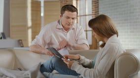 Hombre, mujer que discute sobre problemas del dinero, crisis de las relaciones de familia almacen de metraje de vídeo