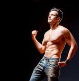 Hombre muscular atlético fuerte El retrato masculino emocional Foto de archivo