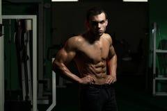 Hombre muscular atractivo Imagenes de archivo