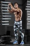 Hombre muscular atractivo en el gimnasio, abdominal formada ABS desnudo masculino fuerte del torso, resolviéndose Foto de archivo libre de regalías