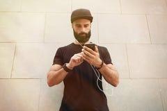 Hombre muscular barbudo que lleva tiempo de verano negro del casquillo del Snapback del espacio en blanco de la camiseta Hombres  Foto de archivo