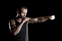 Hombre muscular, boxeador de la hora, fondo negro, tiro a la derecha imagen de archivo