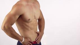 Hombre muscular con el ABS perfecto que dobla sus músculos aislados almacen de video