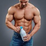 Hombre muscular con la bebida de la proteína imágenes de archivo libres de regalías