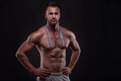 Hombre muscular con la cinta de la medida Imagen de archivo libre de regalías