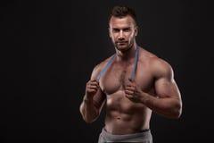 Hombre muscular con la cinta de la medida Imagenes de archivo