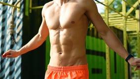 Hombre muscular con la cuerda de salto almacen de video