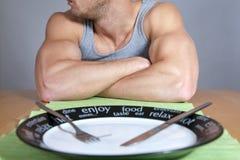 Hombre muscular con la placa vacía Imagen de archivo libre de regalías