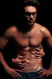 Hombre muscular con las tetas al aire de abarcamiento de la mujer Fotos de archivo libres de regalías