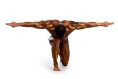 Hombre muscular con los brazos outstretched Foto de archivo libre de regalías