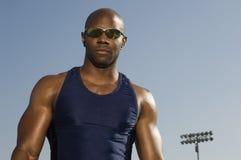 Hombre muscular confiado en ropa de deportes Imagen de archivo libre de regalías