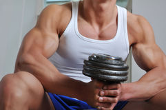 Hombre muscular de gran alcance Fotos de archivo libres de regalías