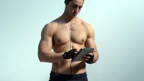 Hombre muscular descamisado que sostiene la tableta almacen de video