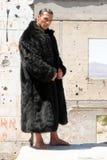Hombre muscular en abrigo de pieles Imágenes de archivo libres de regalías