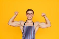 Hombre muscular en delantal fotografía de archivo