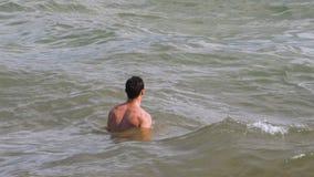 Hombre muscular en el océano metrajes