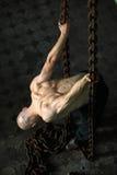 Hombre muscular en encadenamientos fotografía de archivo