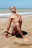 Hombre muscular en rey Pigeon Yoga Pose Foto de archivo