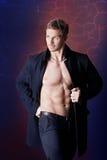 Hombre muscular en una capa Foto de archivo libre de regalías