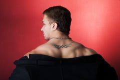 Hombre muscular en una capa imagen de archivo