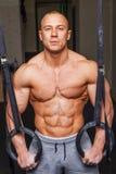 Hombre muscular fuerte Imagenes de archivo