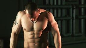 Hombre muscular fuerte que ejercita con el ampliador almacen de metraje de vídeo