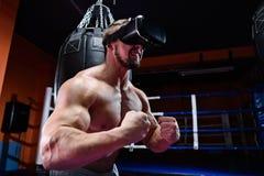 Hombre muscular fuerte que lleva los vidrios de la realidad virtual Imagen de archivo