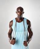 Hombre muscular hermoso con la cuerda de salto imagen de archivo
