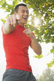 Hombre muscular joven que señala en la cámara Imagen de archivo