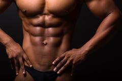 Hombre muscular 6 paquetes Fotos de archivo