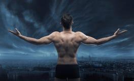 Hombre muscular que mira la ciudad Imágenes de archivo libres de regalías
