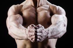 Hombre muscular que presenta en estudio oscuro fotografía de archivo libre de regalías