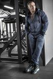 Hombre muscular que presenta en gimnasio imagen de archivo