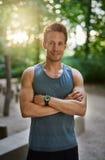 Hombre muscular sonriente con los brazos que cruzan sobre pecho Imagen de archivo libre de regalías