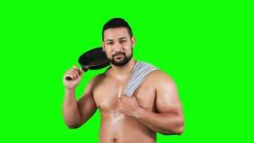 Hombre muscular sonriente que sostiene la cacerola almacen de metraje de vídeo