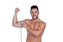 Hombre musculoso con cinta métrica foto de archivo libre de regalías