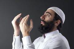 Hombre musulmán árabe que ruega Fotos de archivo