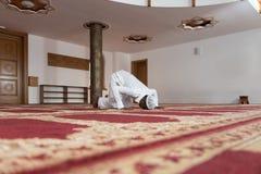 Hombre musulmán africano que ruega en la mezquita Fotografía de archivo libre de regalías