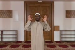 Hombre musulmán africano que ruega en la mezquita Fotos de archivo