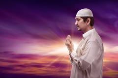 Hombre musulmán asiático joven que ruega Imagen de archivo