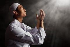 Hombre musulmán asiático que ruega Foto de archivo