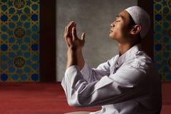 Hombre musulmán asiático que ruega Fotografía de archivo