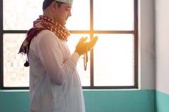 Hombre musulmán del Islam que ruega en mezquita imagen de archivo libre de regalías