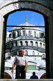 Hombre musulmán en mezquita fotos de archivo