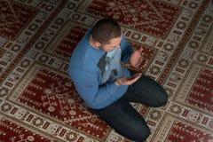 Hombre musulmán joven que ruega Fotos de archivo