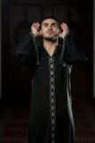 Hombre musulmán joven que ruega Foto de archivo